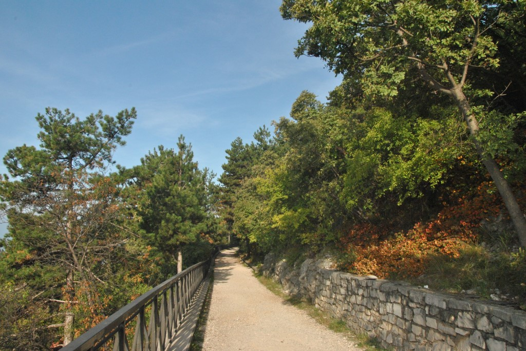 MaroWays Walking path on the Karst plateau with a spectacular view of the gulf of Trieste